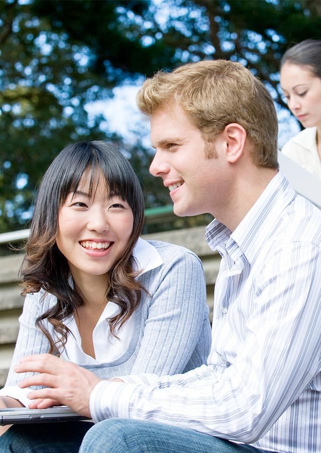外国人と英語で会話する日本人のイメージ